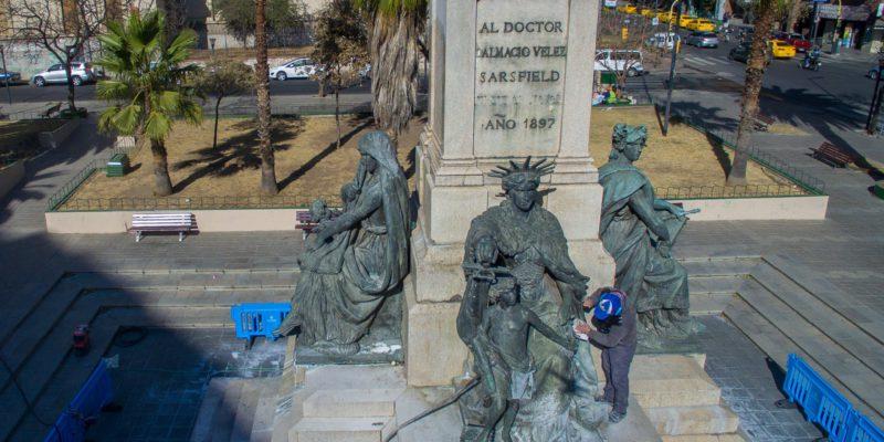 Comenzó La Limpieza Y Conservación Del Monumento De La Plaza Vélez Sarsfield