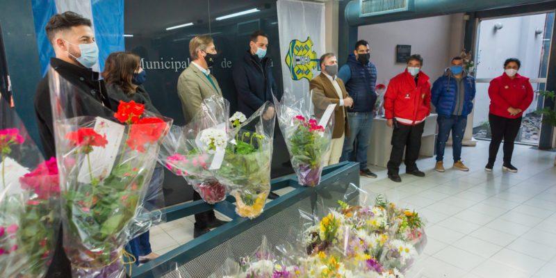 Regalaron Plantas Y Flores Al Personal De Defensa Civil