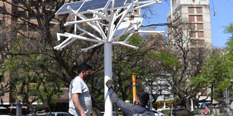 """Instalan El Primer """"Árbol Solar"""" De La Ciudad En La Plaza De La Intendencia"""