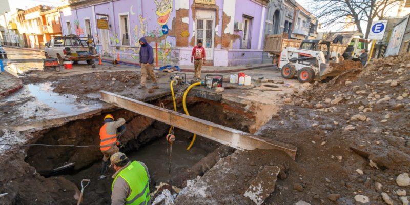 Ejecutan Un Aliviador Cloacal En La Esquina De Urquiza Y La Rioja, En Barrio Alberdi