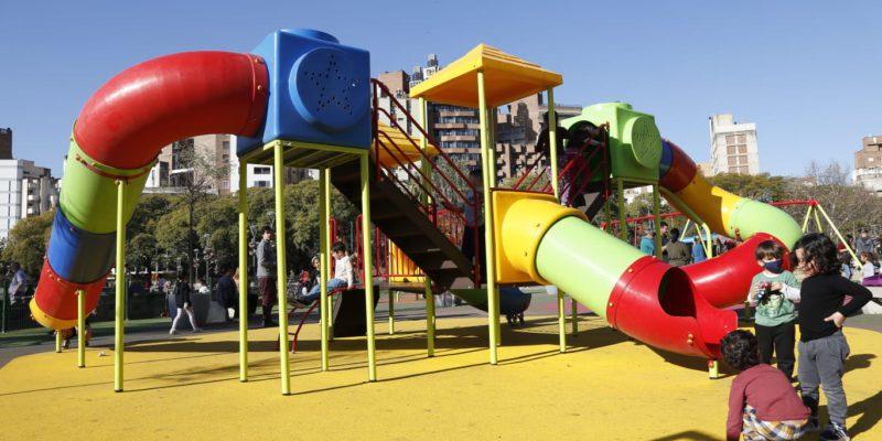 En El Día Del Amigo, Los Niños Disfrutan Los Nuevos Juegos En La Plaza De La Intendencia