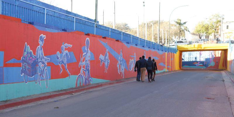 Un Impactante Mural De 1.400 Metros Cuadrados Se Extiende Por El Viaducto De Calle Polonia, En Barrio Bajo Pueyrredón
