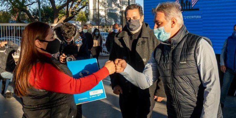 Schiaretti Y Llaryora Entregaron 60 Escrituras A Vecinos De Barrio 1º De Mayo